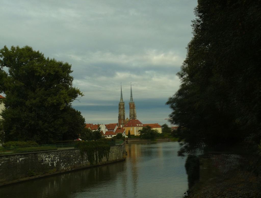 Вид на кафедральный собор Иоанна Крестителя издалека