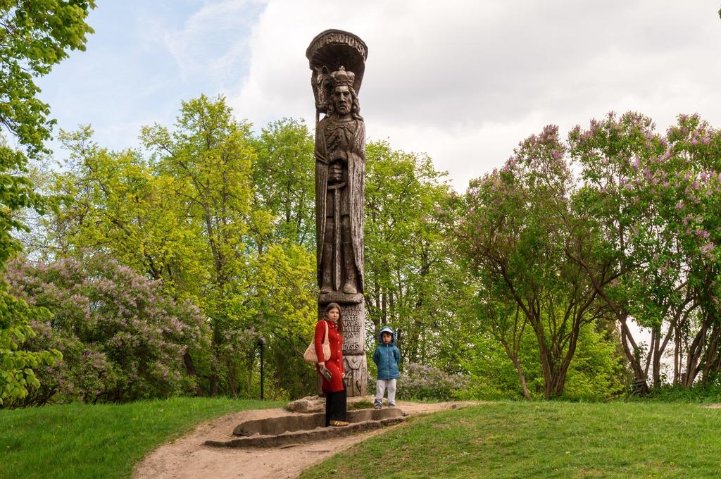 Около деревянной скульптуры Витовта