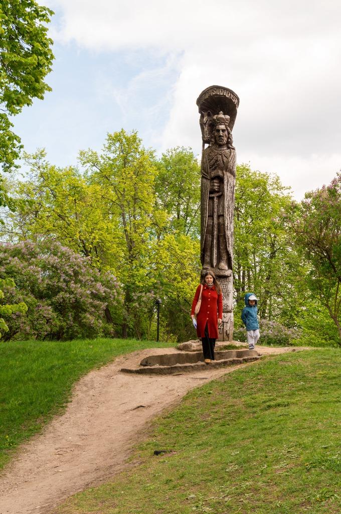 Скульптура Витовта перед замком