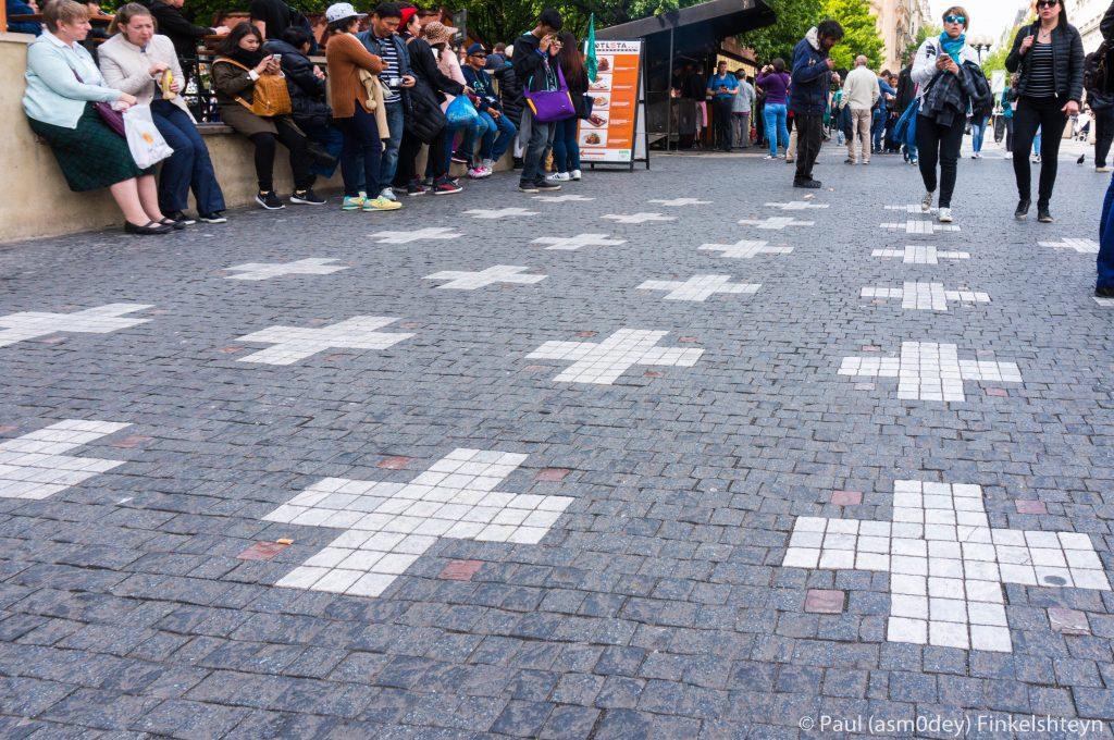 Кресты перед Ратушей а память о 27 казненных чешских патриотах